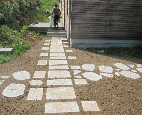 Aménagement d'accès en pas japonais et dalles calcaire en cours d'engazonnement