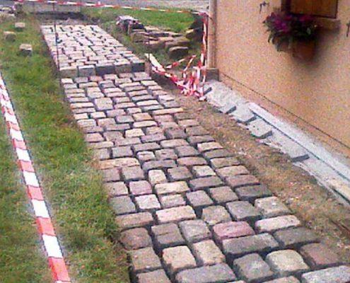 Chemin d'accès en pavés de grès