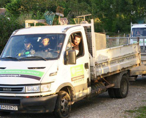 l'équipe arrive en camion sur le chantier de paysagisme