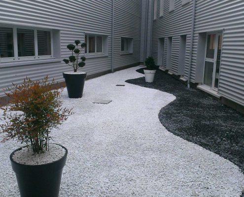 Un patio zen en noir & blanc