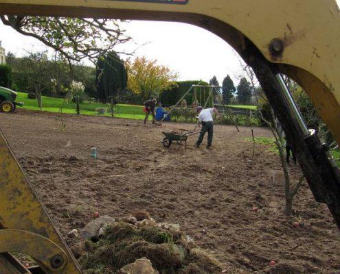 Engazonnement : préparation manuelle du sol après passage machine