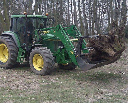 Louez un tracteur avec machoire pour le désouchage et l'élagage