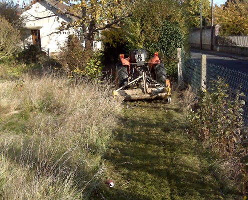 Faucher l'herbe haute et débroussailler